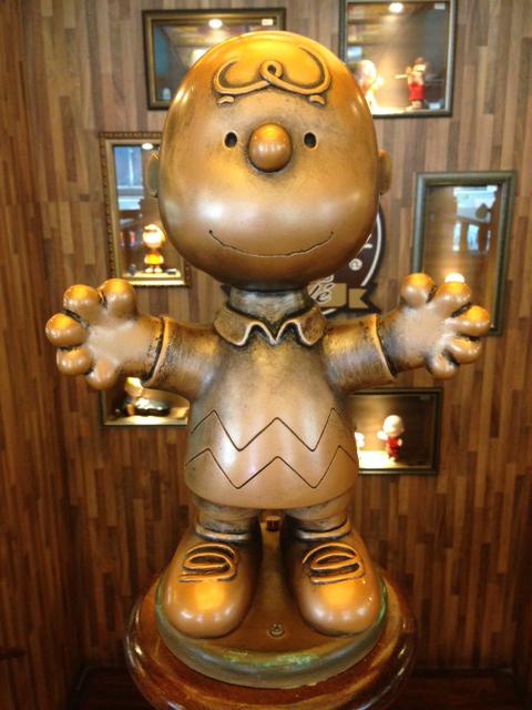 charlie brown cafe hong kong statue