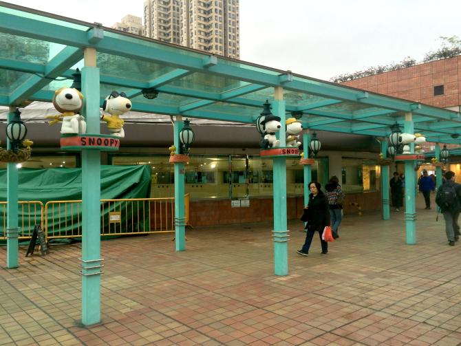 snoopy theme park walkways