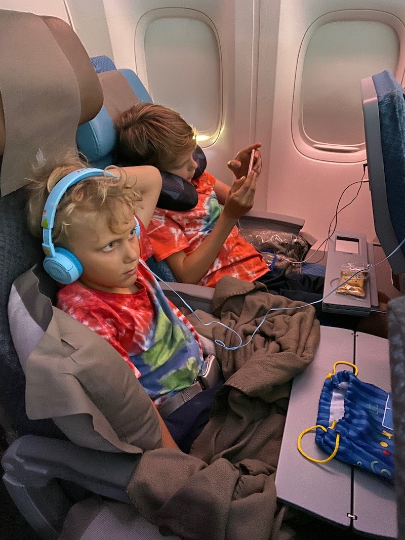 traveling with kids on a plane pic