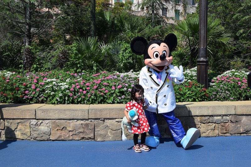 tokyo disneysea characters mickey with child pic 800
