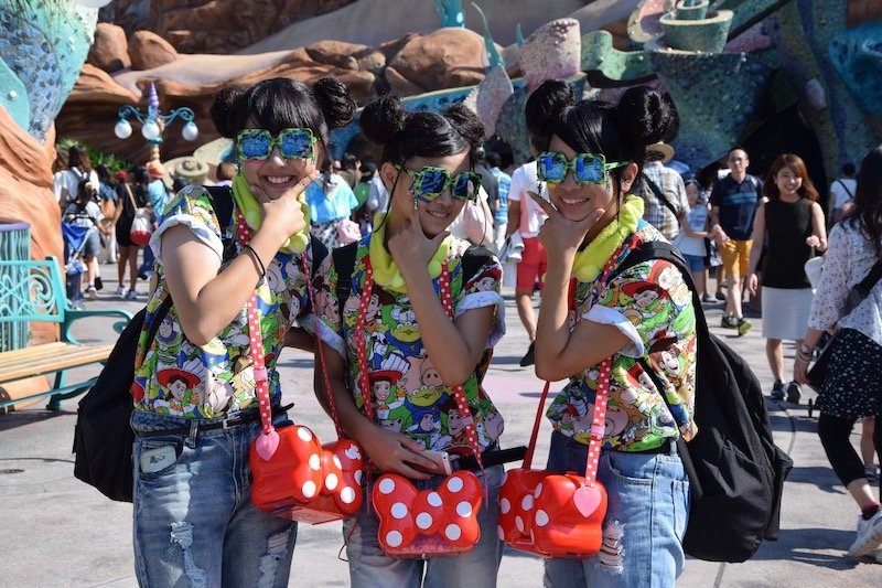 tokyo disney girls matching shirts bags pic