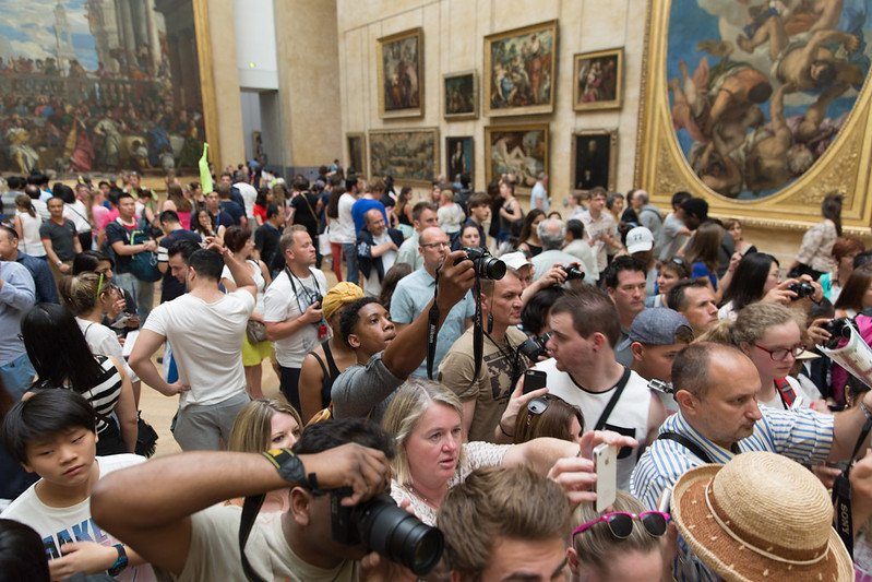 louvre with kids - crowds at mona lisa pic by andy rusch