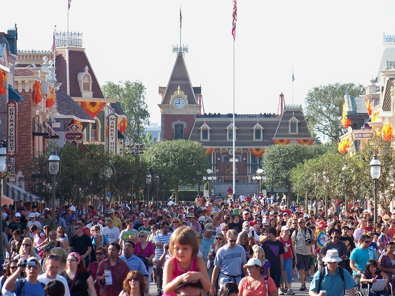 disneyland anaheim morning crowds pic by loren javier flickr