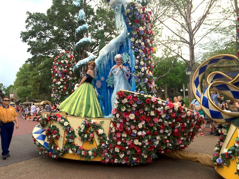 elsa and anna on the frozen float at magic kingdom parade 2015 800