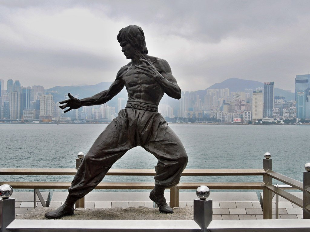 bruce lee statue on hong kong avenue of stars